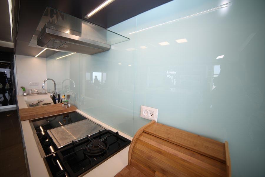 פרויקט חיפוי זכוכית למטבח