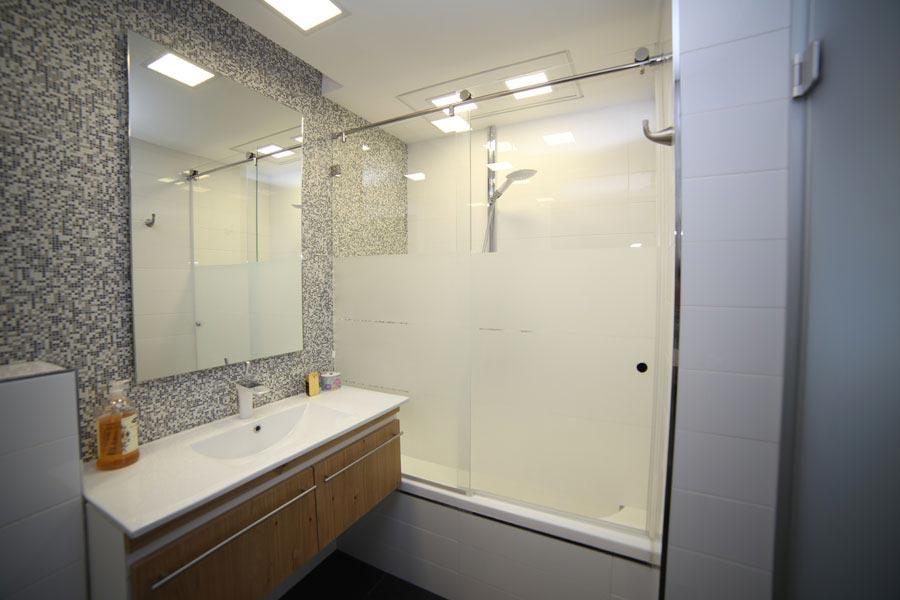 פרויקט חיפוי זכוכית למקלחת
