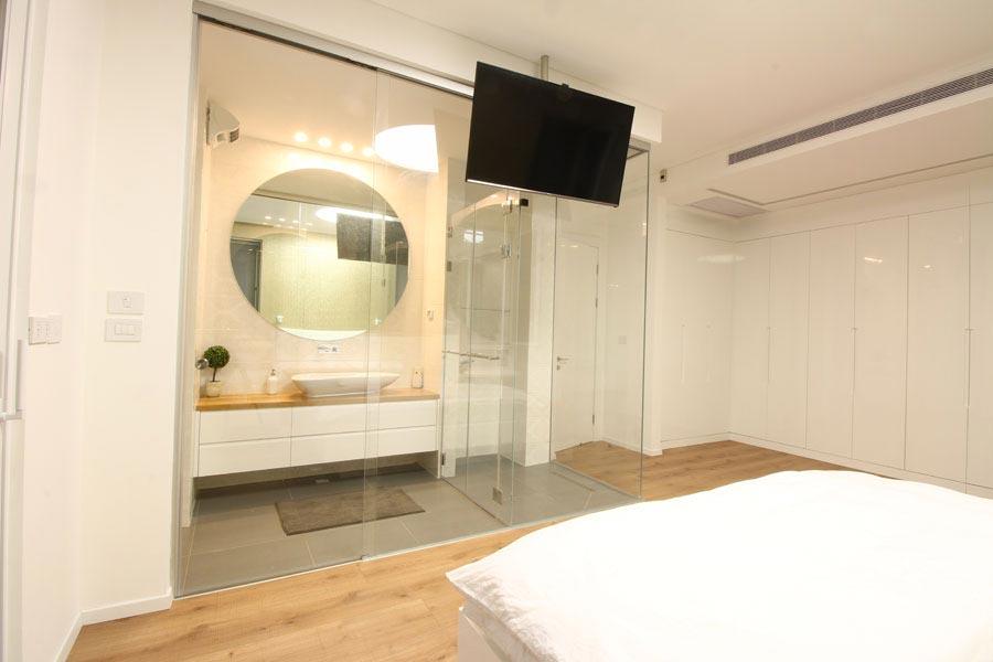 מקלחון זכוכית לחדר שינה