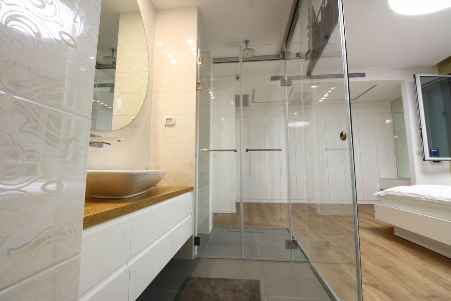 מקלחוני זכוכית לחדר שינה