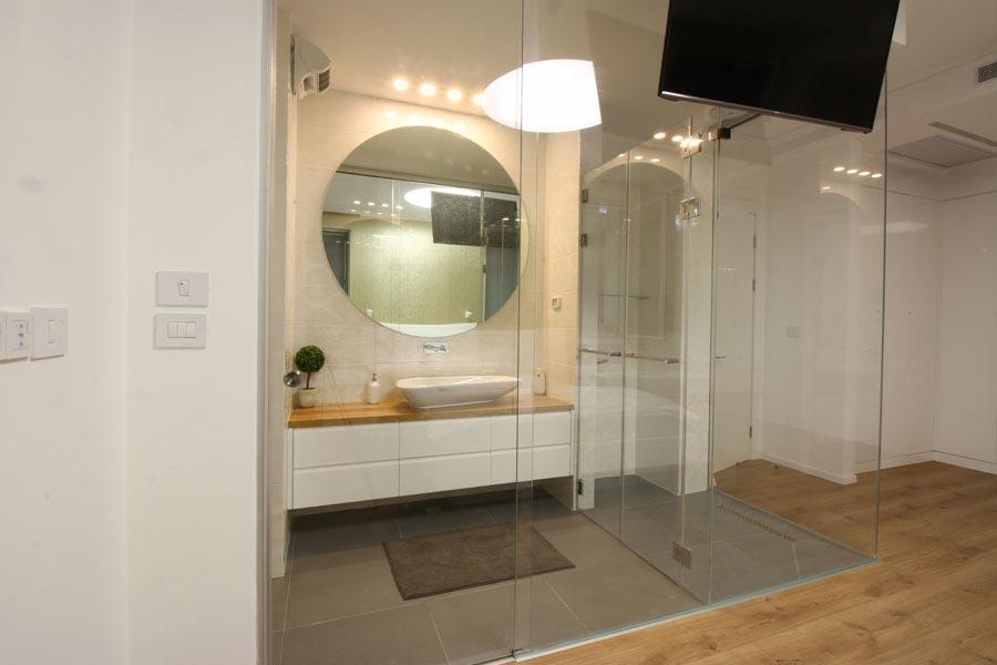 חדר רחצה מזכוכית