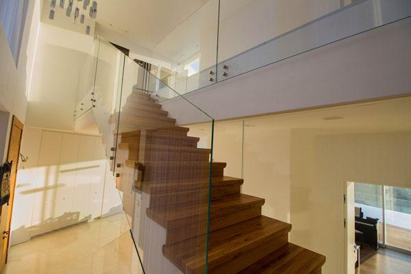 מעקה זכוכית למדרגות הבית