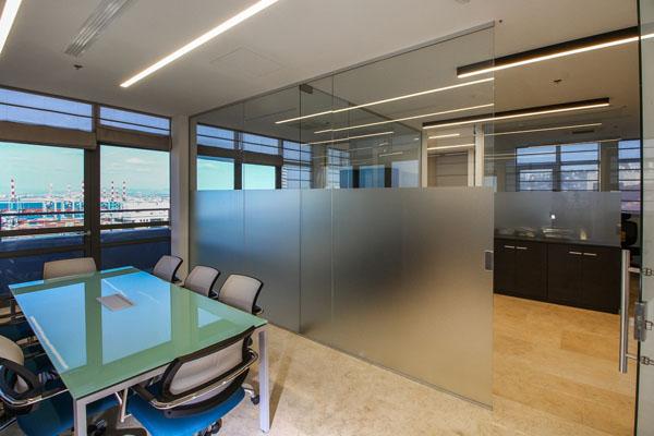 מחיצת זכוכית למשרד