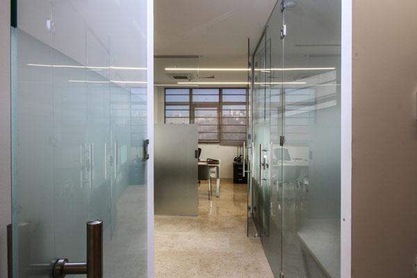 עיצוב דלתות זכוכית למשרד