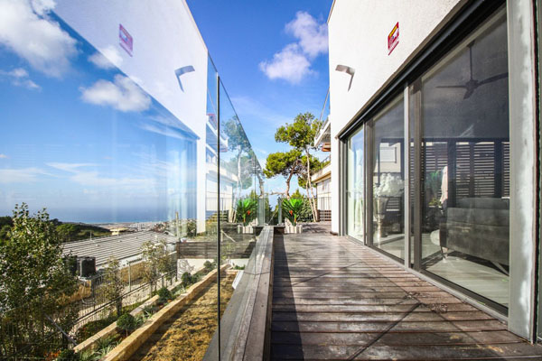 מעקה זכוכית מעוצב למרפסת