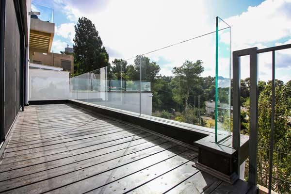 מעקות זכוכית מעוצבים למרפסת